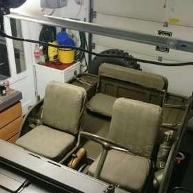 Nekaf interieur met beklede stoelen en bank